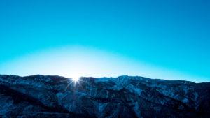 Por do sol na montanha com o céu azul