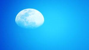 Céu claro com a imagem da Lua Crescente